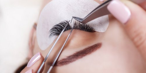 Extension de cils : attention aux poux !