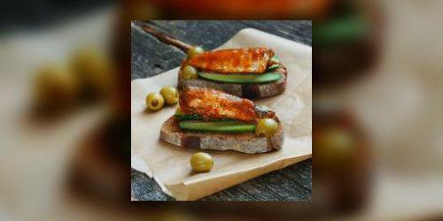 Sandwich tomate-anguille fumee
