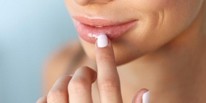 application d'un baume à lèvres sur les lèvres