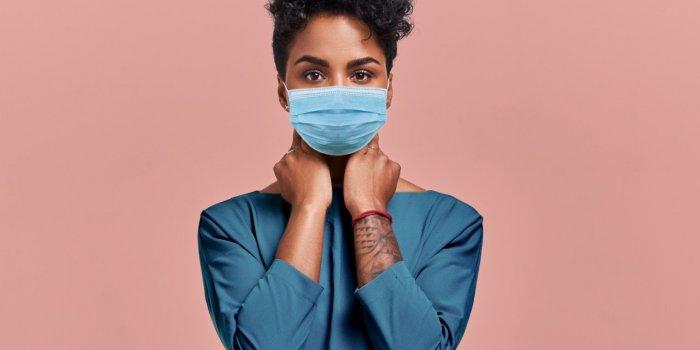 Irritation, bouton, démangeaison : comment garder une belle peau malgré le masque
